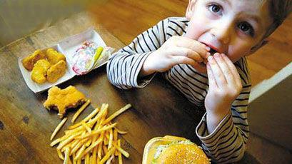 孩子吃零食.jpg